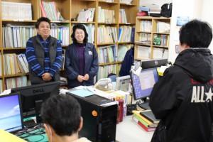 やどかり出版の増田一世さんと、スタッフの花野和彦さん。