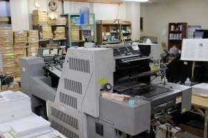 やどかり出版では自前の印刷機を持ち、印刷・製本まで一括して行なう。