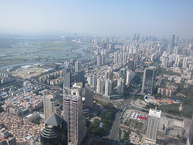 右側は深圳、川を挟んで左上の水田地帯が香港(ただし水田地帯の一部は深圳に属している)。この写真では川の先あたりに皇崗口岸と福田口岸がある
