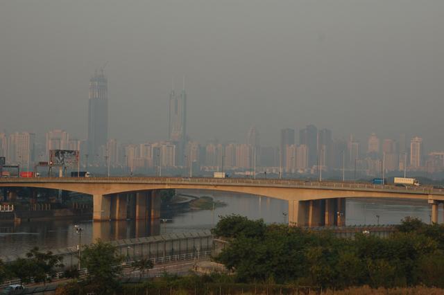 皇崗口岸(写真左側)と香港側の落馬洲口岸をつなぐ橋。背景に見えるのは深圳の高層ビル