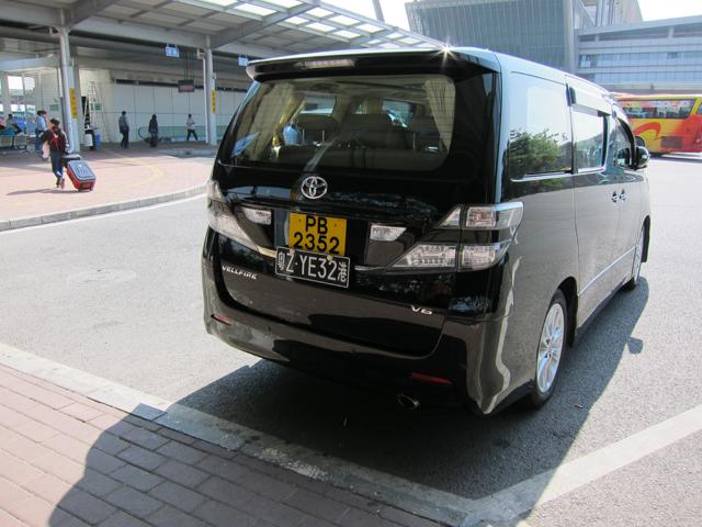 2つのナンバープレートを付けた香港の車。黄色が香港のナンバーで、黒が大陸のナンバー
