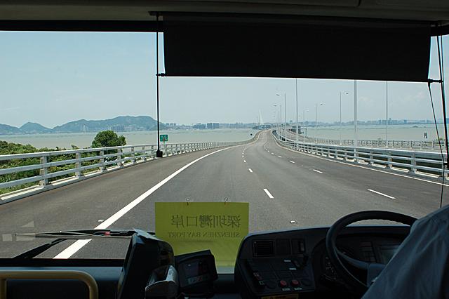 香港側から深圳湾大橋を渡って深圳へ向かう路線バスの中から