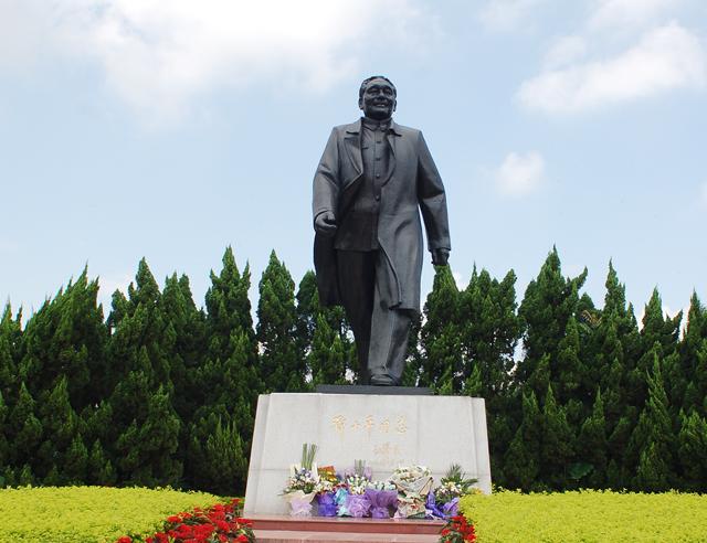 深圳中心部の公園にある小高い山の上に立つ鄧小平の銅像