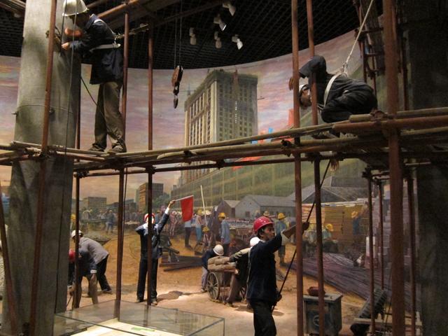市内の博物館で、改革開放当時のビル建築現場を再現。当時は3日で1階分のペースでビルを建築していったという。建築から30年以上がたったが、そのビルは今のところまだ崩壊していない