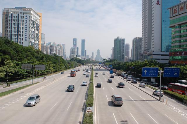 まるでアメリカの都市部のような光景。幹線道路の右側にある細い道路にバスが走っているのが見える