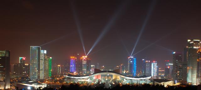 蓮花山の頂上から見たCBDの眺め。中央にあるヒゲのような形(実際は鳥が飛翔する羽の姿がモチーフらしい)の建物は深圳市民センターで、市の行政機関や市民のための施設が入っている